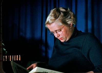 Lone Renberg læser i skumringen.