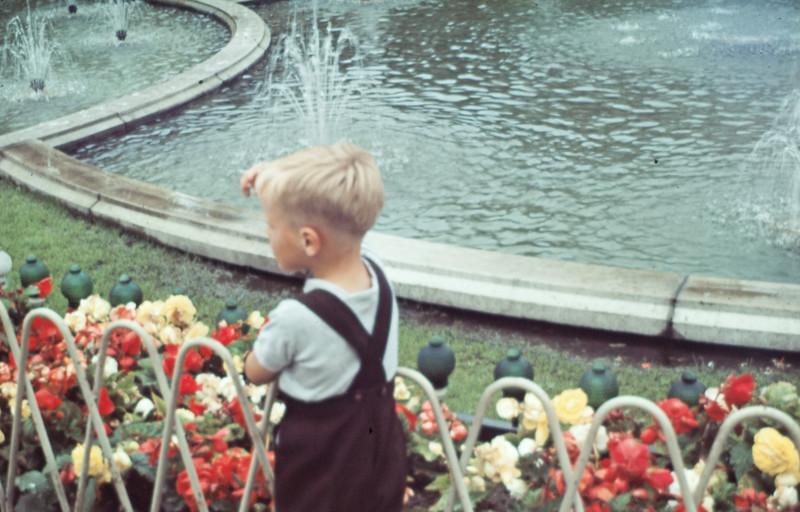 Morten ved springvand i Tivoli.