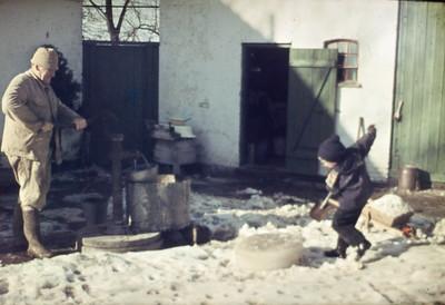 Jens Renberg pumper vand, Morten hugger isblok.
