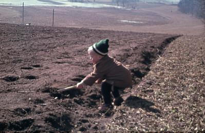 Morten tager jordprøver.