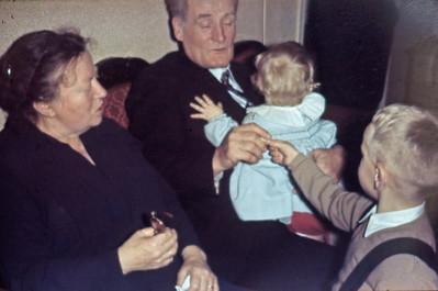 De ældste og de yngste. Grethes mor ?, Jens Renberg, Mette og Morten.
