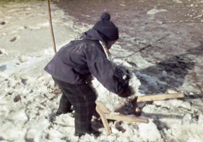 Morten skovler sne