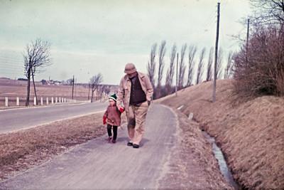 Morten Renberg med farfar Jens Renberg på landevejen neden for husmandsstedet.