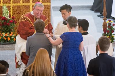 Moni begleitet Richard zum Altar.