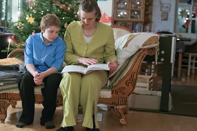 Richard und Helga suchen Noten damit Richard etwas auf der Posaune vorspielen kann.