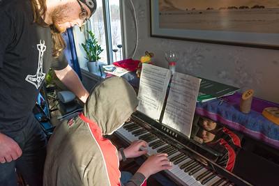 Ludwig hat Richard Klavierunterricht gegeben. Ersyaunlich, wie schnell Richard lernt.