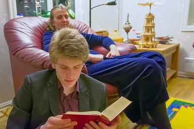 Bevor dann endlich die Geschenke geöffnet werden dürfen, liest Oskar noch die Weihnachtsgeschichte vor.