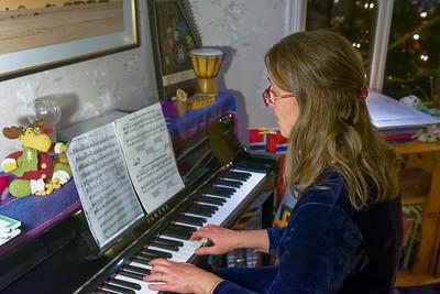 Als erstes spielt Helga wie immer Weihnachtslieder am Klavier.