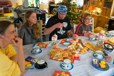 Zu Kaffee kamen dann Koppes. Neben Butterkuchen, Plätzchen, Stollen und Käsekuchen gab es natürlich auch Ludwig Stollen mit Vanillesauce und Eis.