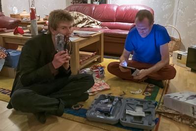 Boys with their toys. Oskar und Bernd probieren ihre neuen Spielzeuge.