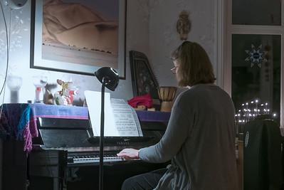 Helga spielt Klavier. Bernd hält sich vornehm im Hintergrund. Singen ist nichts für ihn...