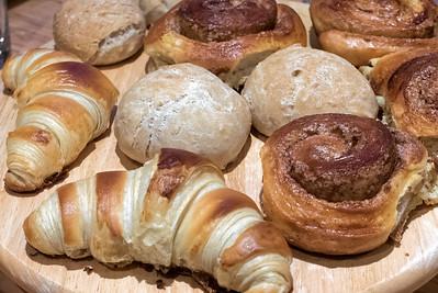 Die Auswahl an Brötchen und Kleingebäck zum Frühstück. Fast wie im Hotell. Die Croissants waren allerdings etwas gross geraten. Der Teig war nicht richtig aufgegangen. Wir haben sie geteilt und noch einmal gebacken und dann gingen sie richtig auf!