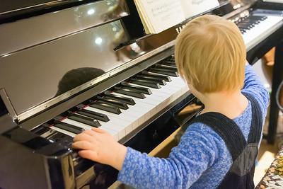 Der Sohn von unseren Freunden hat Gefallen am Klavier gefunden.