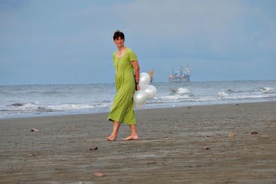 Helga am Strand in Brunei (Bohrplattform im Hintergrund)