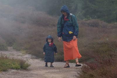 Helga und Richard im Nebel von vulkanischen Fumarolen in Neuseeland.