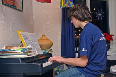 Ludwig spielt Klavier aber, wie man am Gesicht erkennt, nicht gerade mit Begeisterung.