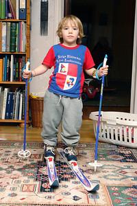 Richard konnte zunächst seine neuen Ski nur in der Wohnung probieren.