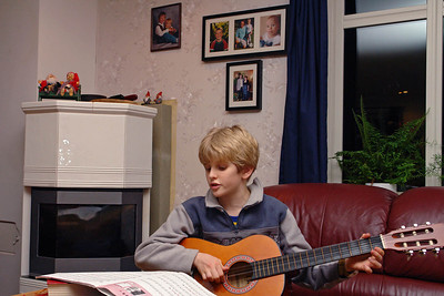Oskar kann es auch alleine mit Gitarre. Er schein ein Showtalent zu haben!