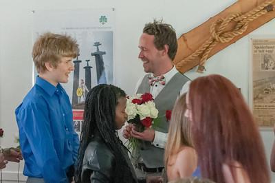 Oskar verabschiedet sich von den Klassenlehrern.
