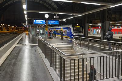 Am späten Abend mit dem Zug von Kiel nach Barfrien.