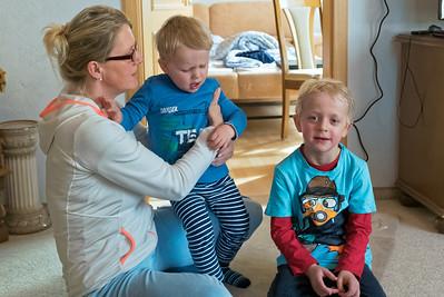 Marlies, Nils und Emil singen ein Geburtstagslied für Opa. Emil hatt nicht so viel Lust...