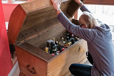 Marlies sucht nach Schnaps für den Eierlikör, den sie in ihrer Küchenmaschine gemacht hat.
