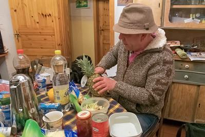 Am Freitagabend hat Petra zum Pizzaessen eingeladen. 15 Personen kurzfristig mit Pizza zu versorgen ist nicht einfach, aber kein Problem für Petra.