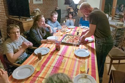 Petra hat in der Küche die Pizzen gemacht und Manfred hat serviert.