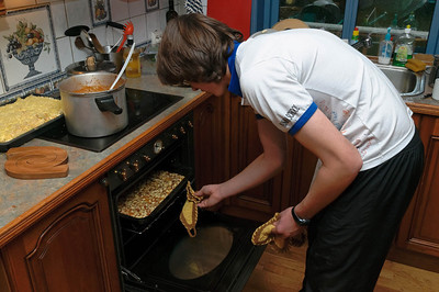 Auch Ludwig war aktiv beim Vorbereiten der Speisen dabei. Er backte Kuchen und auch eine leckere Quiche. Hat er alles in der Schule gelernt.
