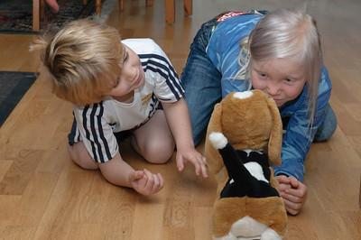 Richard und Tale spielten mit dem Hund Pauli. Richard hatte den Hund zwei Wochen vorher von Familie Koppe zum 5. Geburtstag bekommen.