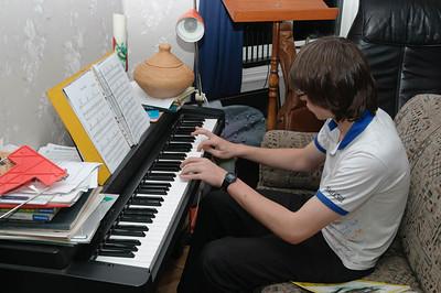 Ludwig unterhielt die Gesellschaft mit ein paar Liedern am Klavier.