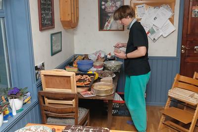 Das Meiste blieb an Helga hängen. Sie hat in den zwei Wochen vor dem Fest Gulasch, Huhn in Kokosnuss, Kuchen, Brot und vieles andere vorbereitet.
