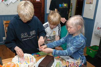 Die Kinder haben die Kerzen auf die Kuchen gesteckt: 50 für Bernd, 45 für Helga, 14 für Ludwig, 11 für Oskar und 5 für Richard. Macht zusammen 125.