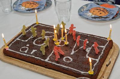 Der Kuchen in Form einen Fussbalfeldes hat bei uns schon Tradition.