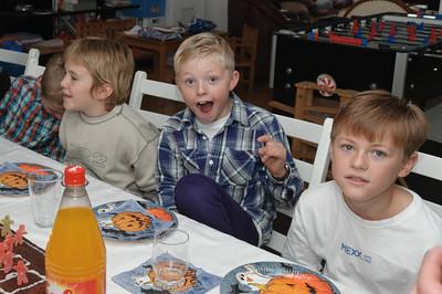 Etwas zu Essen gab es natürlich auch. Würstchen, Pizza und Wackelpudding. Oskar hat auch leckere Schokoladenboller beigesteuert.