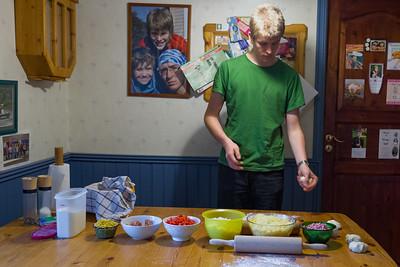 Oskar klargjorde kjøkken for å lage pizza.