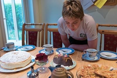 Am Sonntag durfte Richard dann auch seine Kerzen ausblasen. Den Kuchen haben wir zusammen mit Moni und Wolfgang gegessen.