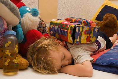 Richard ist nach dem Kindergarten sehr müde. Der Rucksack musste mit ins Bett.