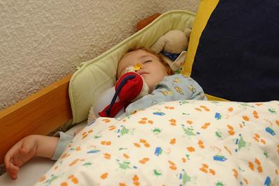Richard schläft mit seinem Kuscheltier.