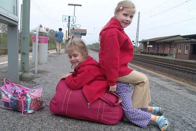 Teresa und Johanna fahren mit dem Zug zurück in die Eifel.