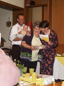 Helga bedankt sich bei Oma. Sie hatte die Organisation der Feier fest in der Hand!