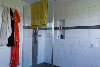 Die neue Dusche ist gross und offen.