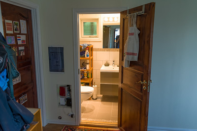 Unter der Treppe haben wir dann die neue Gästetoilette eingebaut.