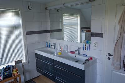 Die Waschbecken sind jetzt in der Ecke, wo früher die Dusche war.
