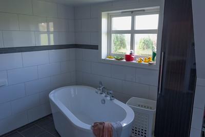 Der Erker geht bis ins Badezimmer, wo wr auch ein neues Fenster bekommen haben. Das Badezimmer wurde dann komplett renoviert.