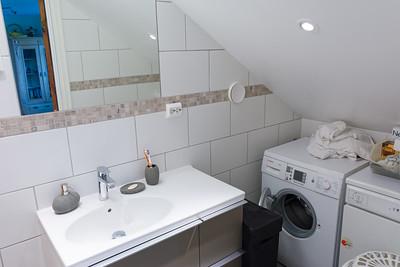 Waschmaschine und Trocker sind jetzt unter der Treppe in der Gästetoilette. Das schafft Platz in der Waschkücke.