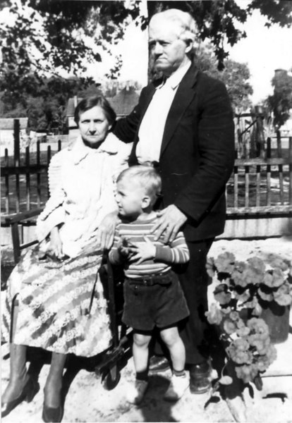 Kenny and Fannie Stapleton with grandson John Patten about 1928. Photo courtesy Robin Stapleton Stone