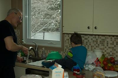 Grand-papa, vous n'êtes pas très rapide pour laver les plats. J'ai d'autres choses à faire.
