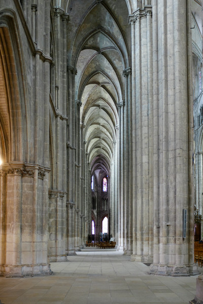 Une des allées de la cathédrale de Bourge.
