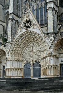 La facade de la cathédrale de Bourge est en cours de nettoyage